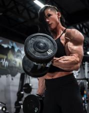 Așa arată cea mai puternică femeie din lume. Are 35 de ani și practică culturismul de la 17 ani