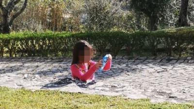 VIRAL! Imaginea care i-a intrigat pe internauți. Toți au crezut că e o fetiță scufundată în beton, dar în cele din urmă și-au dat seama de iluzia optică